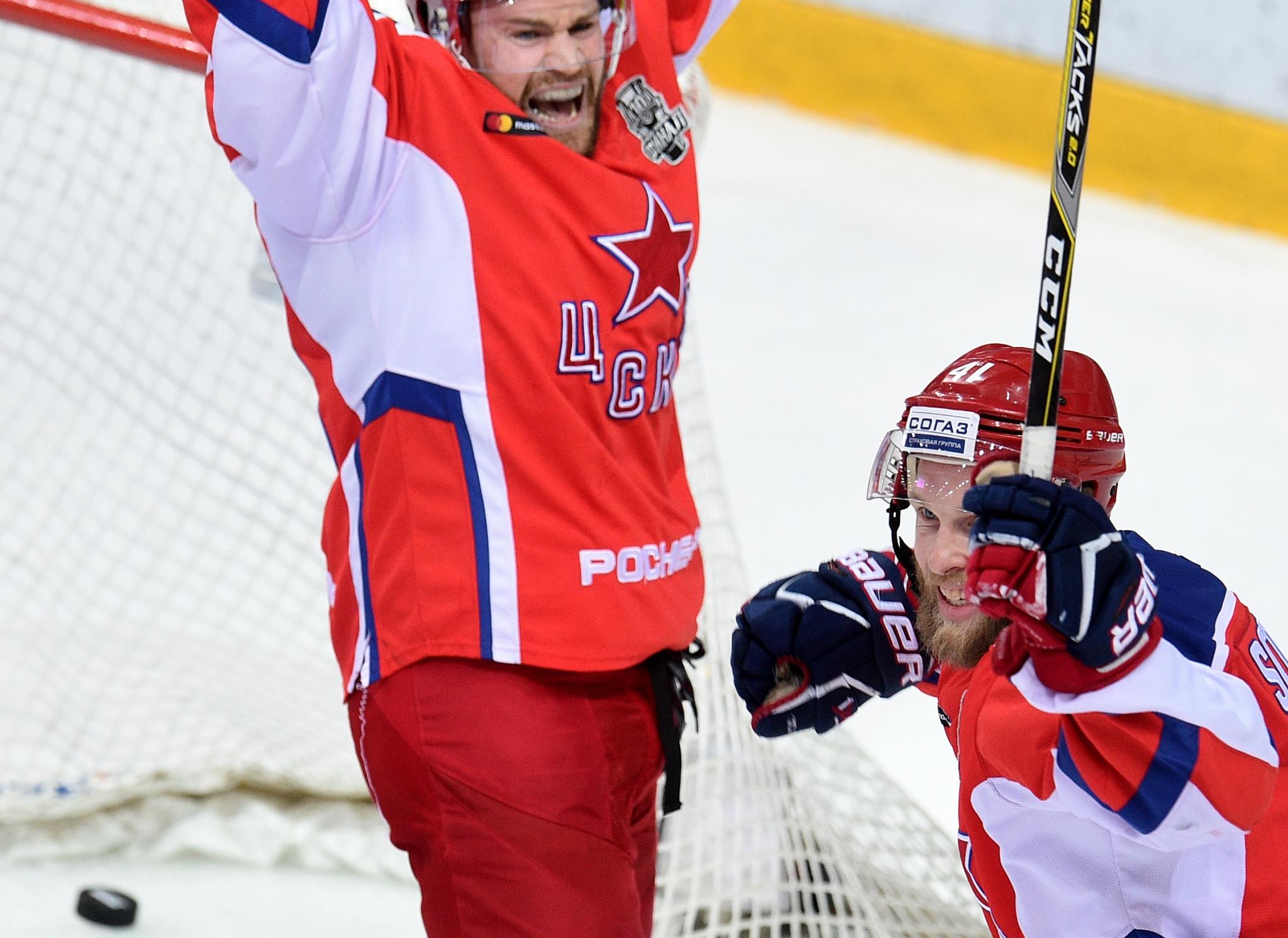 Кубок Гагарина натретий матч заключительной серии привезли наармейском джипе