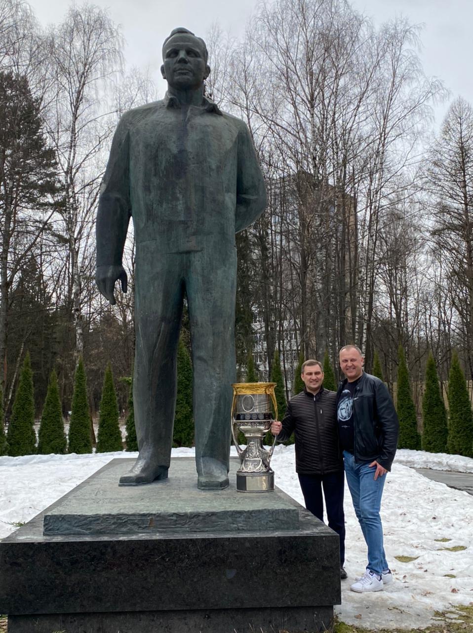 Евгений Баришевский и Максим Ястребов рядом с памятником Юрия Гагарина