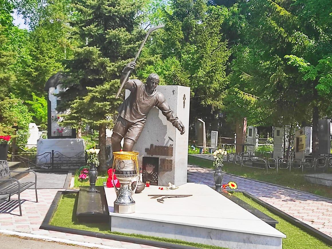 Кубок Гагарина на могиле Алексея Черепанова. Фото: Дмитрий Ерыкалов